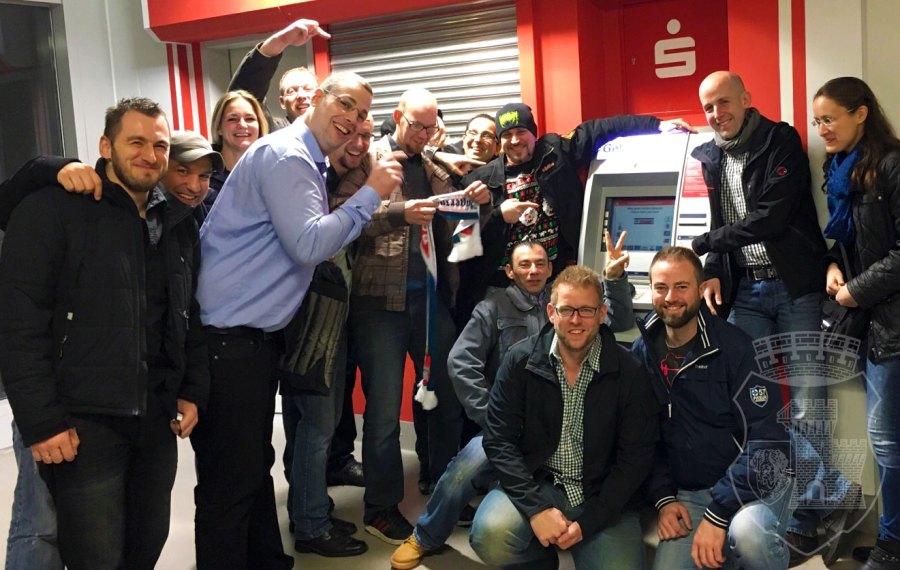 Gruppenbild mit Geldautomat: So kann man den Spieß auch dezent auf die Versorgungsmöglichkeiten hinweisen.