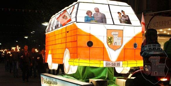 Der Legendenbus beim Fackelzug am Kirmessamstag 2017.