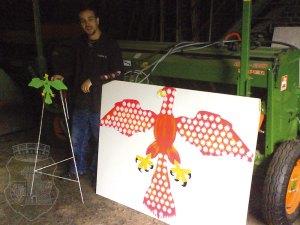 Jan mit dem neu erdaten und erbauten Pfänder-Sternchen-Vogel und dem Königsvogel zum Vergleich.