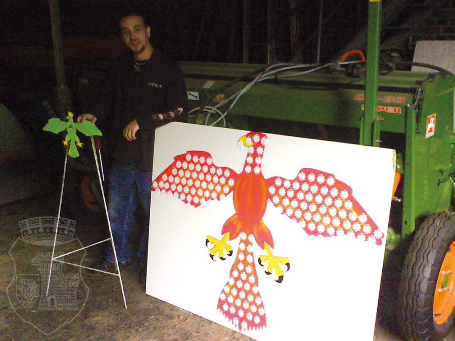 Jan mit dem neu erdachten und erbauten Pfänder-Sternchen-Vogel und dem Königsvogel zum Vergleich.