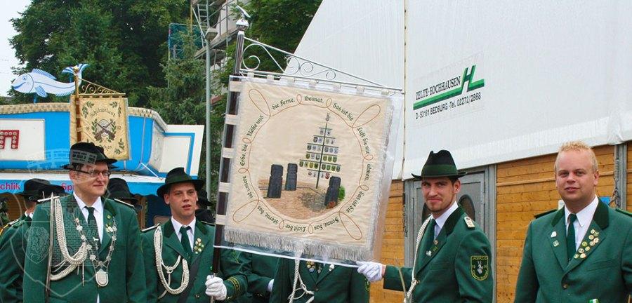 Hauptmann Fabian präsentiert die neue Standarte der Orkener Boschte.