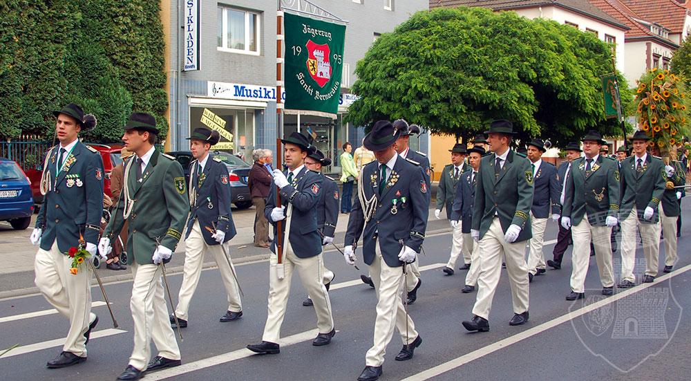 Der Marsch auf der Lindenstraße am Kirmessonntag 2009.
