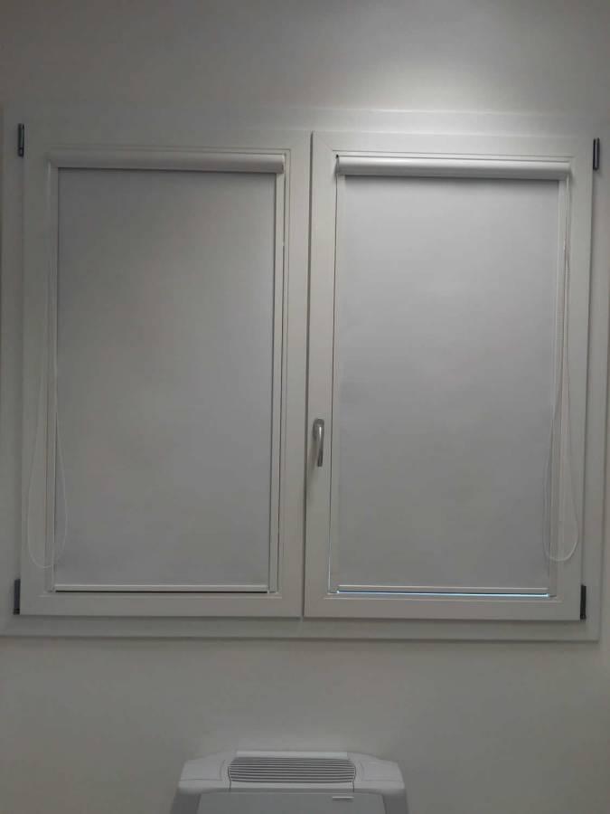 Antivento, che scorrono nelle guide laterali in alluminio, versione indoor/outdoor omologata en 13561:2015. Tende A Rullo Berni Shop Tende