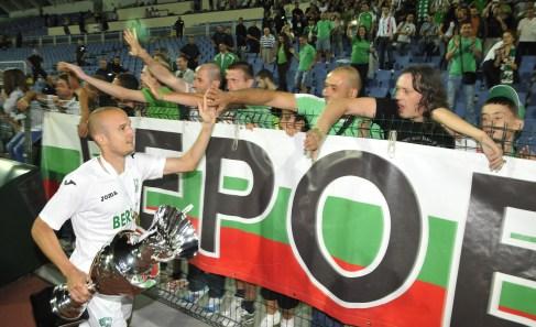 Един от първите, които се притичаха при публиката с трофея бе заклетия бероец Здравко Илиев.