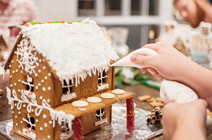 decorating-gingerbread