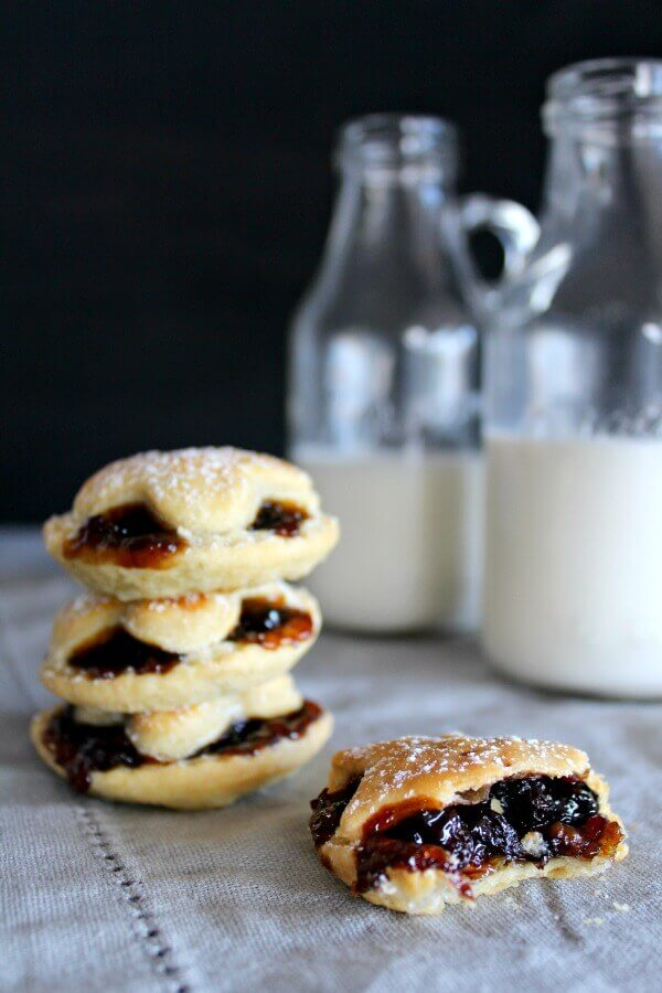 Christmas Fruit Mince Pies with Light Pastry. Sweet, spicy & rich pies with a light crunchy pastry case. This is an English Christmas recipe that is easy to make & will wow your guests! I love mince pies <3 | berrysweetlife.com
