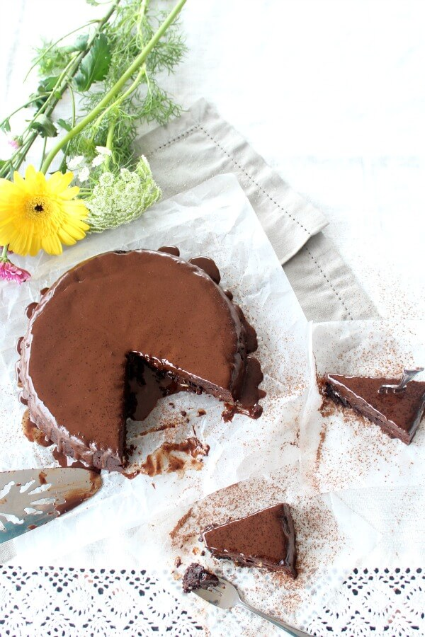 The Best Chocolate Brownie Cake - You won't believe how DELICIOUS this Sugar & Dairy Free cake recipe is! It's easy to make & will satisfy any chocolate craving. I LOVE this cake! | berrysweetlife.com www.berrysweetlife.com
