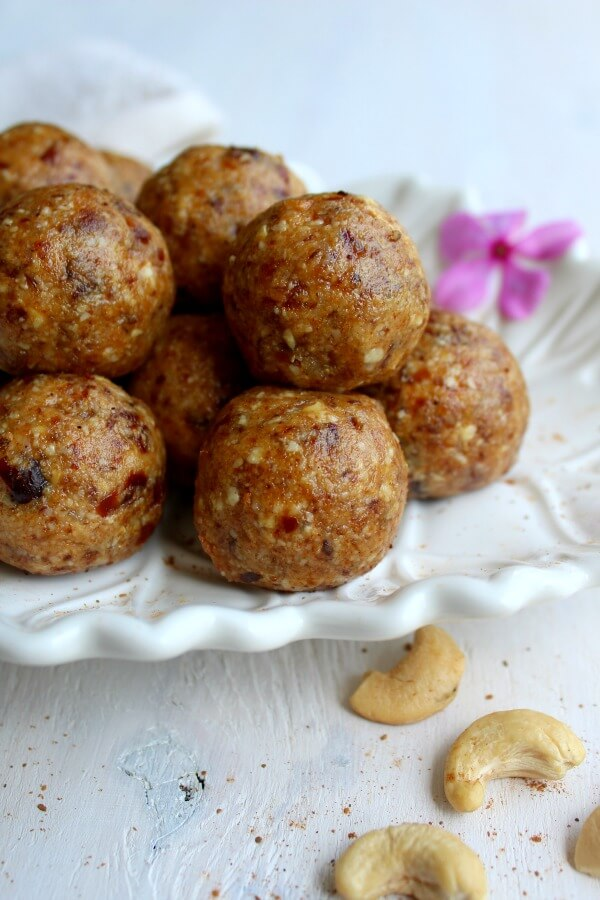 Cashew Pear Energy Protein Balls. Got 10 minutes? These are packed with protein and perfect for a post work out (or anytime) snack! | berrysweetlife.com