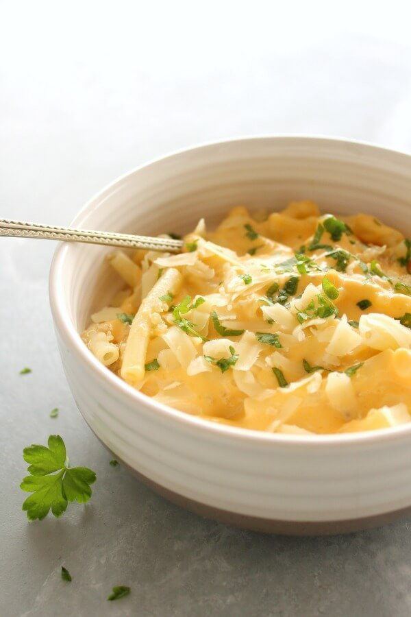 Healthier Butternut Quinoa Macaroni Cheese. Gluten free hearty winter fare that is FULL of flavour and healthy goodness. Kids will adore this dish! | berrysweetlife.com