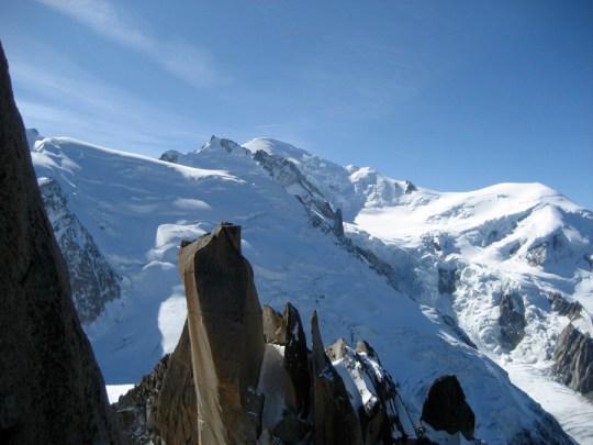 L'épine dorsale de l'arête s'étend devant le Mont Blanc
