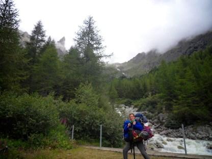 Pour cette longue montée de 5 heures vers notre bivouac, nous avons engagé un sherpa. Et en plus il est de bonne humeur !