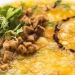 De heerlijke aardappelsoep geserveerd met de in rode palmolie gebakken seitan