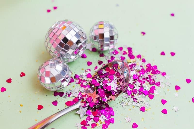 DIY Glitter Station Wedding Make Your own sparkle station glitter face makeup festival_-19
