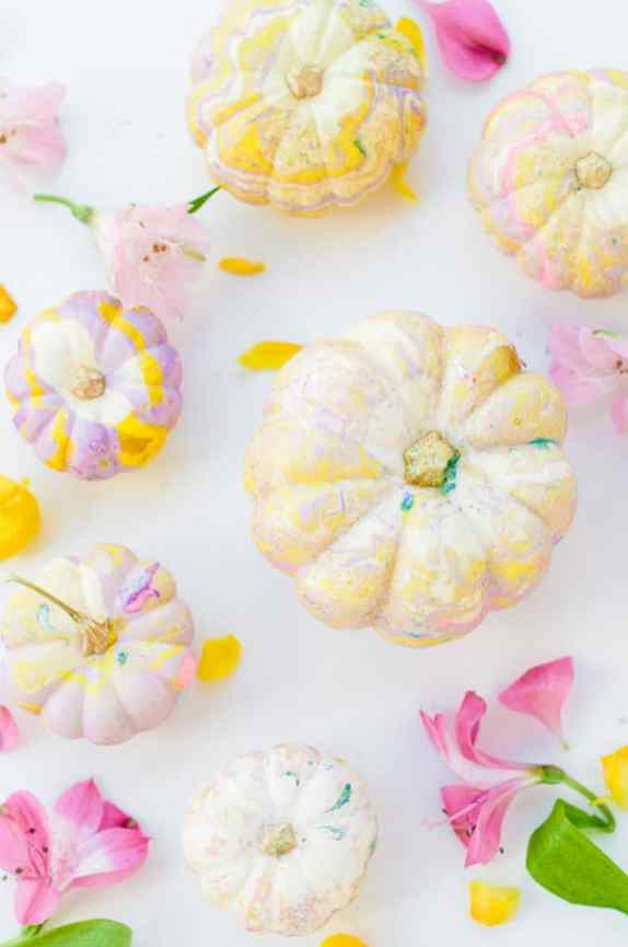 marbled-diy-pumpkins-for-halloween-fall-wedding-2