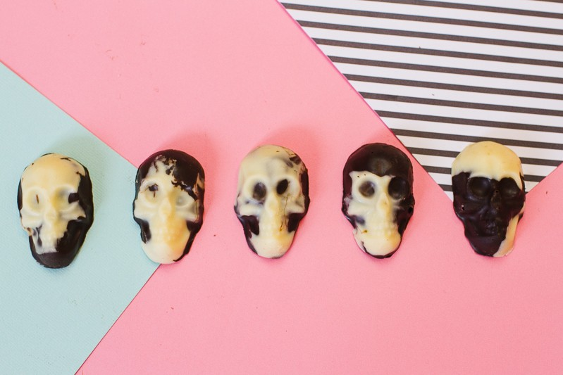 marble-chocolate-skulls-halloween-candy-diy-tutorial-recipe-favours-day-of-the-dead-white-dark-chocolate-11