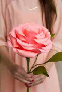 best-paper-flower-tutorials-for-your-wedding-giant-crepep-paper-roses-bespoke-bride-wedding-blog