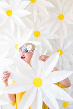 best-paper-flower-tutorials-for-your-wedding-giant-paper-daisy-diy-bespoke-bride-wedding-blog
