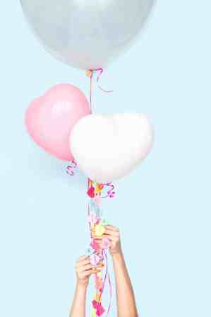 60+-VALENTINES-DAY-DIY'S-FOR-YOUR-GAL-PALS-CONVERSATION-HEART-BALLOON-STRING