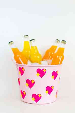 60-VALENTINES-DAY-GIFT-DIY'S-FOR-YOUR-GAL-PALS-EMOJI-HEART-ICE-BUCKET
