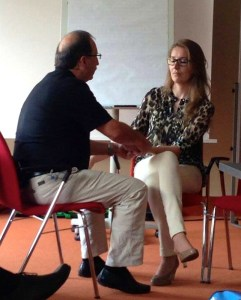 Hanspeter Ricklin und Seminarteilnehmerin beim arbeiten.