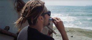 Davinci-MIQRO-Review-Featured-Image-man vaping on beachbest-e-cigarette-guide.com