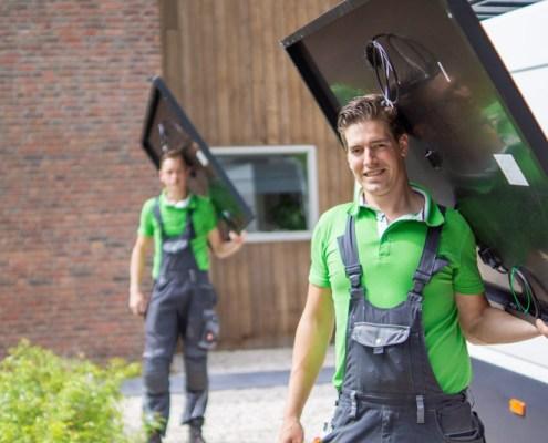 mannen die zonnepanelen dragen