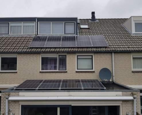 voorkant van een huis met zonnepanelen