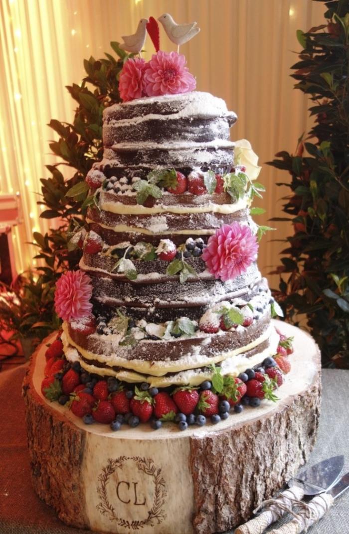 Grosse pice monte de gteaux au chocolat accompagn de fruits rouges  23022019