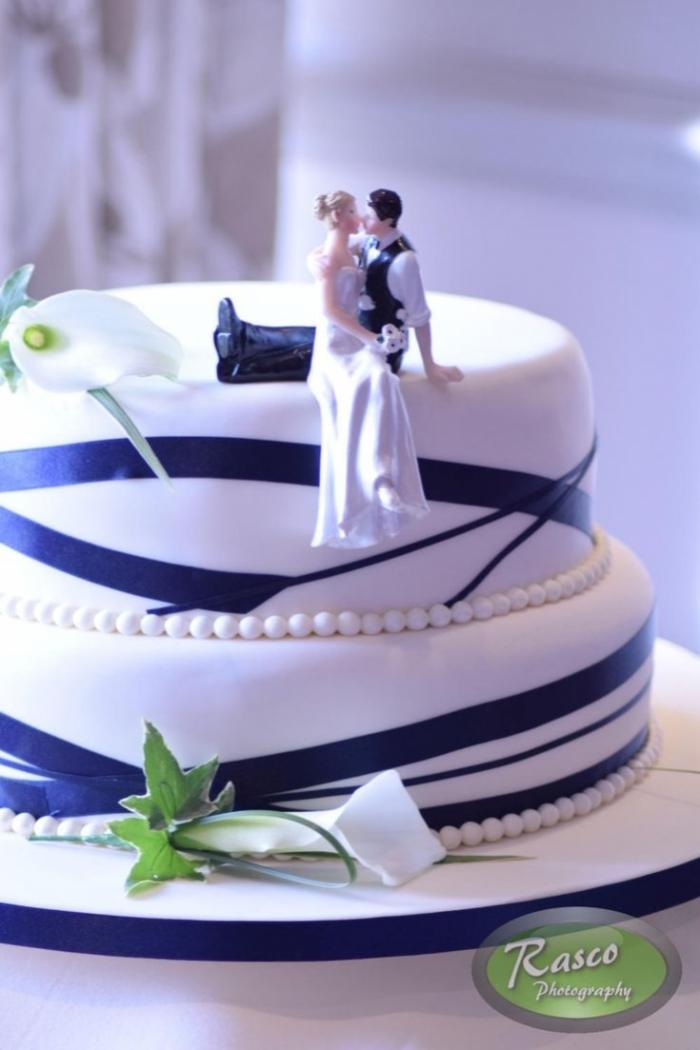 gteau de mariage simple avec diffrents traits bleu et de fleurs  14032019