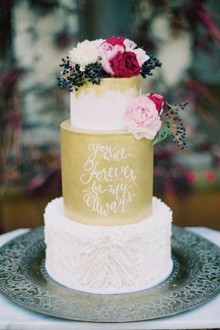Gteau De Mariage Blanc Et Dor Avec Un Bouquet De Fleurs