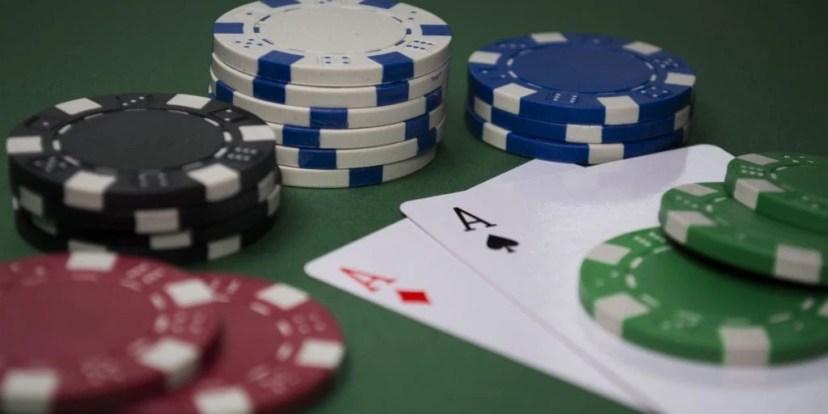 Ein Pokertisch mit Spielchips und Spielkarten.
