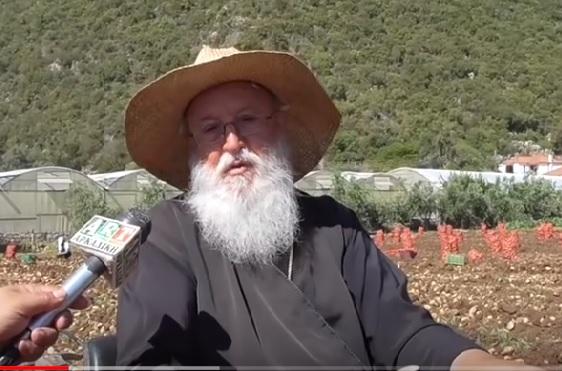 Μητροπολίτης γίνεται αγρότης για να βοηθάει τους φτωχούς