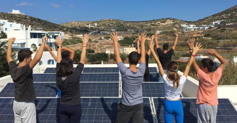 Μαθητές του Γυμνασίου Δονούσας στην οροφή του σχολικού κτιρίου όπου έχει τοποθετηθεί το σύγχρονο φωτοβολταϊκό σύστημα παραγωγής ηλεκτρικής ενέργειας.