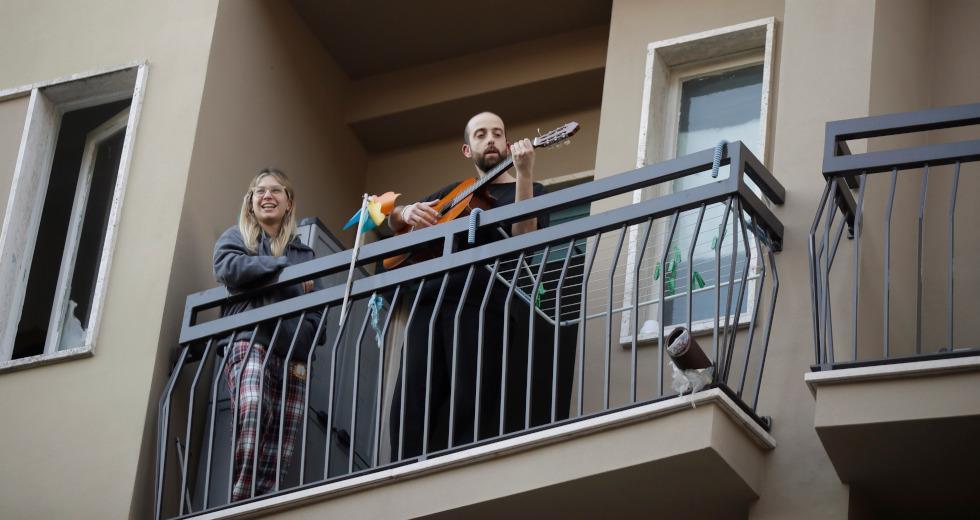 Πέφτει η νύχτα στο Παλέρμο..κι ένας DJ έκανε club την γειτονιά του!
