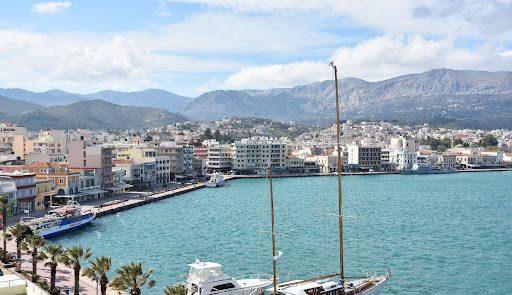 Αστυνομικός βούτηξε στη θάλασσα και έσωσε 19χρονη στη Χίο