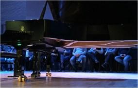Ne samo da je dvorana bila isponjena do posljednjeg mjesta, već su dodatne stolice postavljene na pozornicu!