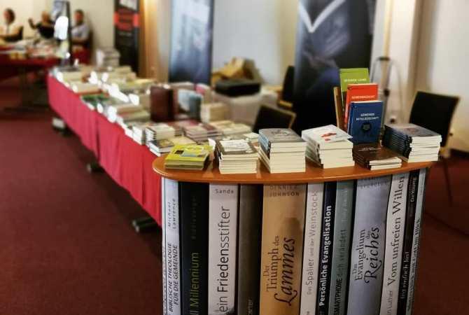 Büchertisch Betanien Verlag auf einer Konferenz - cbuch.de