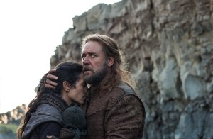 Noah holding his wife (Russell Crowe and Jennifer Connelly)