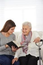 Frau im FSJ liest Senioren vor