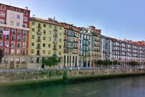 Bilbao, Häuser am Ufer