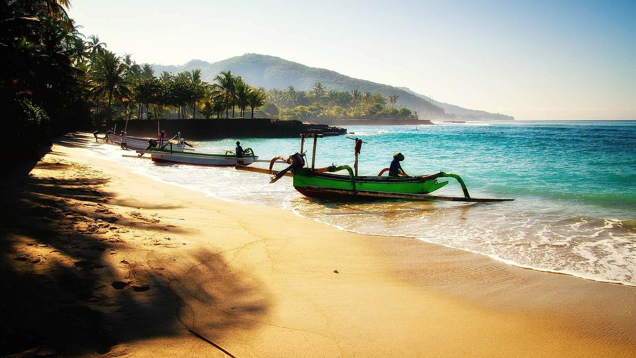 Schiffe am Strand von Bali