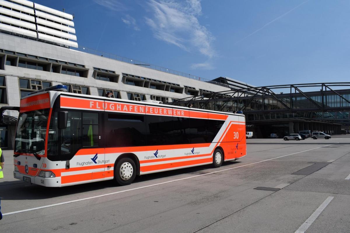 Mit dem privaten Schuttlebus über das Rollfeld am Flughafen Stuttgart