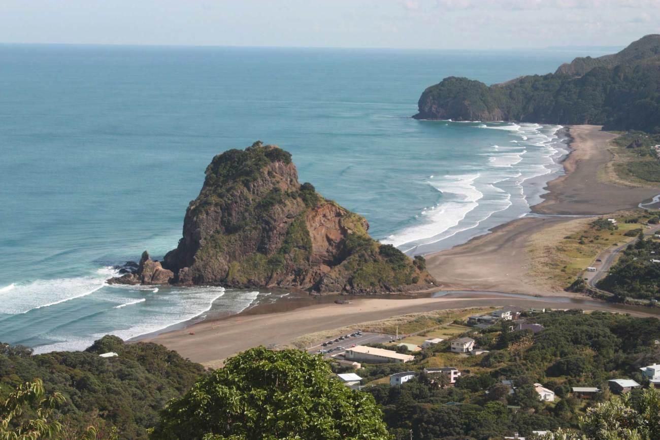 Der berühmte schwarze Surfstrand Piha Beach an der Westküste Aucklands