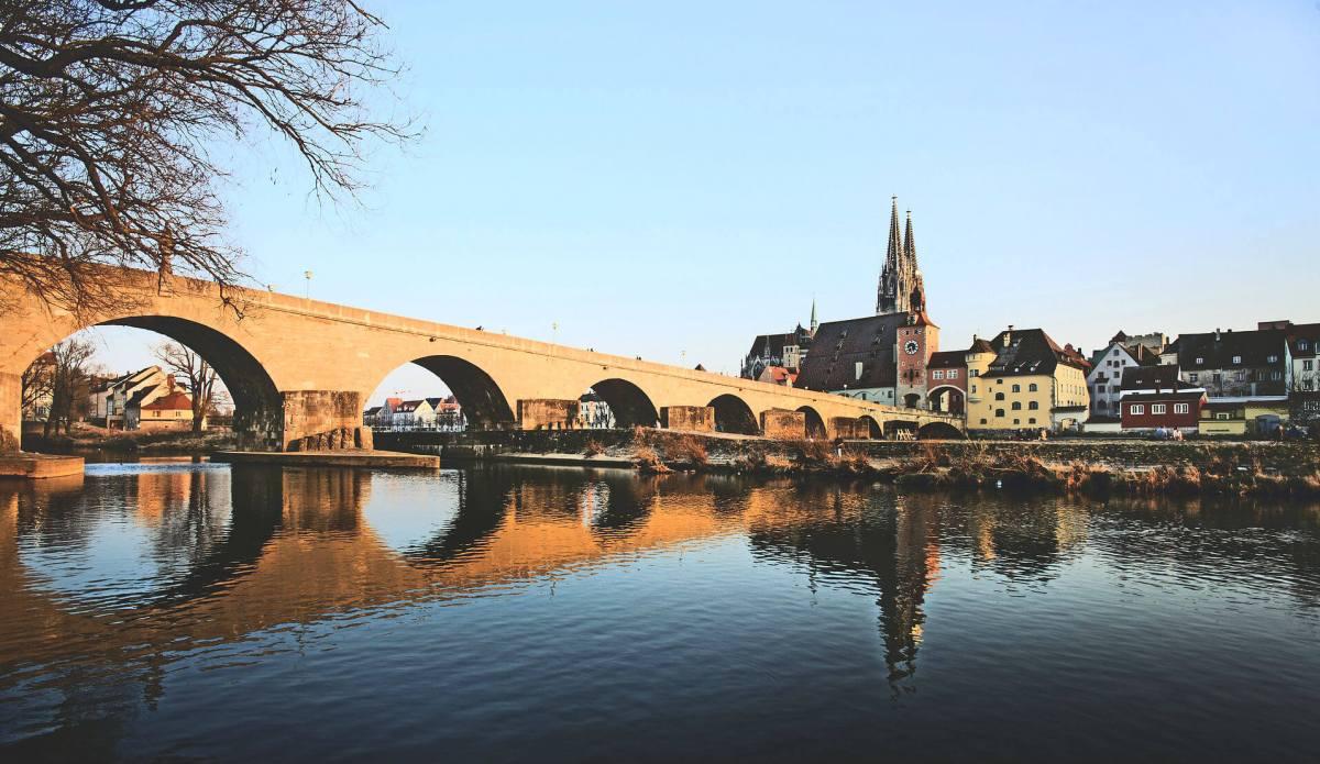 Der historische Stadtkern Regensburgs mit seinen Gassen, Patrizierhäusern, Kirchen und Klöstern