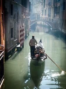 Eine Gondelfahrt auf den Kanälen Venedigs