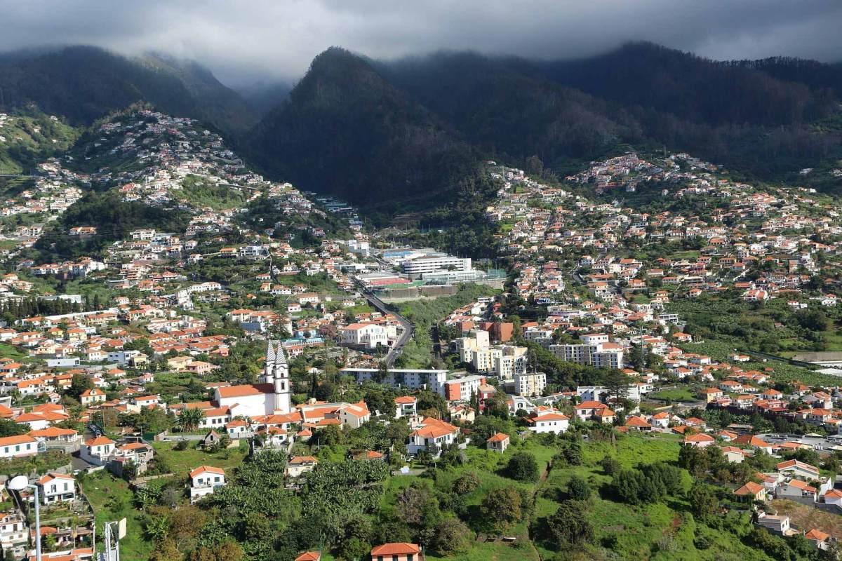 Im Frühling legen sich Nebelschleier um Madeiras Berglandschaft