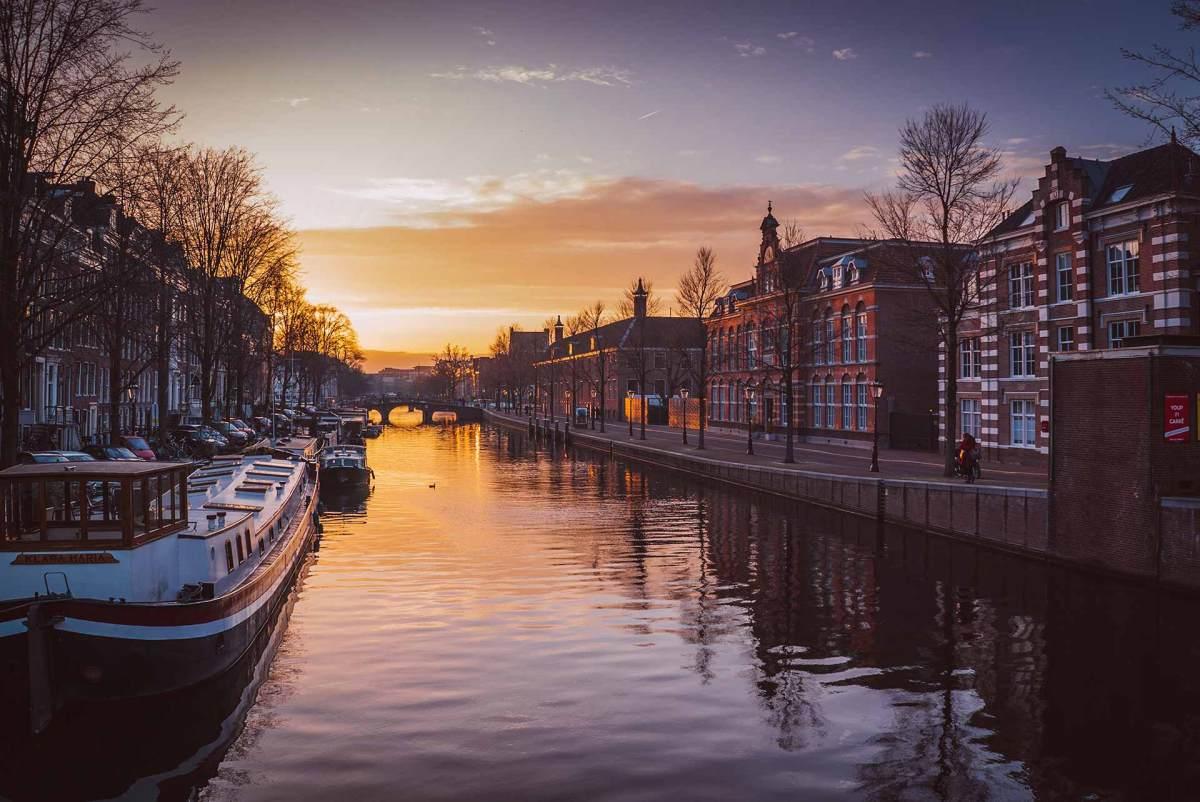 Ziel Amsterdam. Amsterdam mit Blick auf eine der vielen Grachten