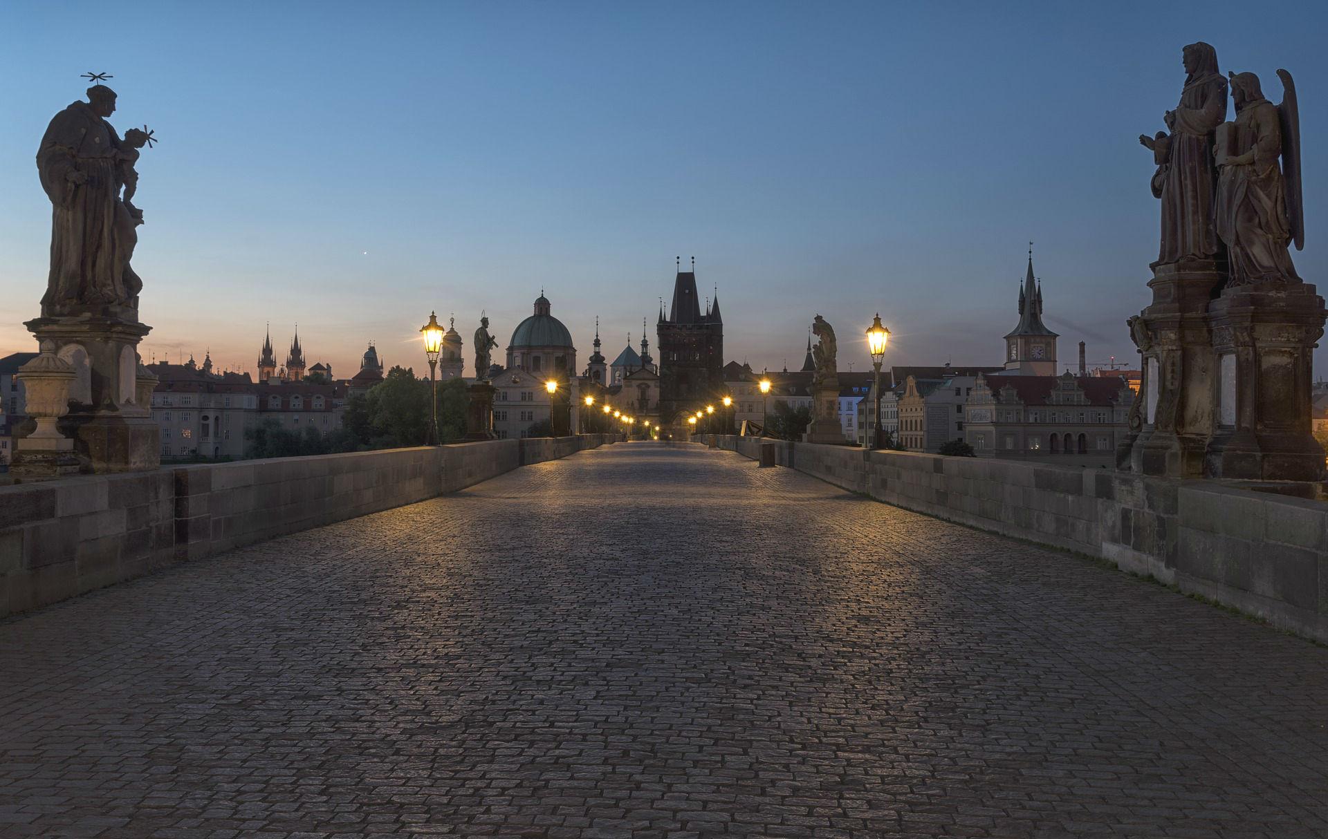 Bei einem Spaziergang auf der Karlsbrücke die wunderschöne Aussicht genießen