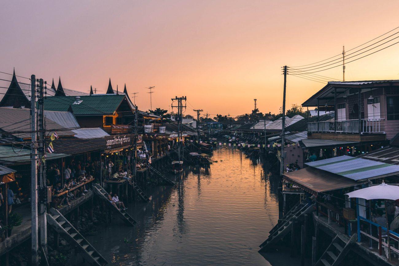 Thailands Märkte bei Einbruch der Dunkelheit