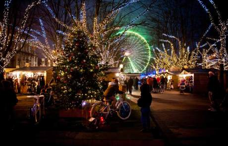 © Noortje Palmers: Der bunt beleuchtete Weihnachtsmarkt in Antwerpen